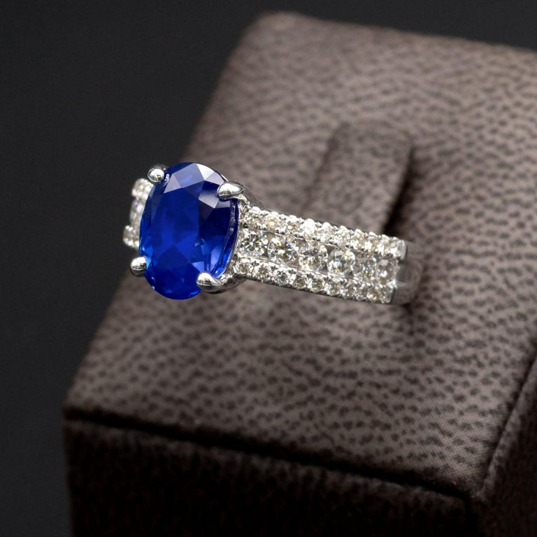 Contemporary 3.79 Carat Natural Unheated Sapphire and Diamond Engagement Ring For Sale