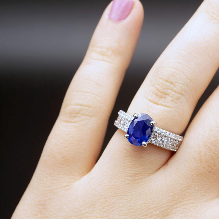 3.79 Carat Natural Unheated Sapphire and Diamond Engagement Ring In New Condition For Sale In Monte Carlo, MC