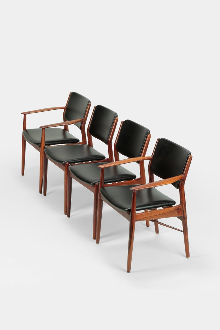 Four Arne Vodder chairs manufactured by Sibast in the 1960s in Denmark. Four elegant dining room chairs, two with armrests and two without. The frames are made of solid rosewood. The seats and backrests are newly upholstered with fine leather from