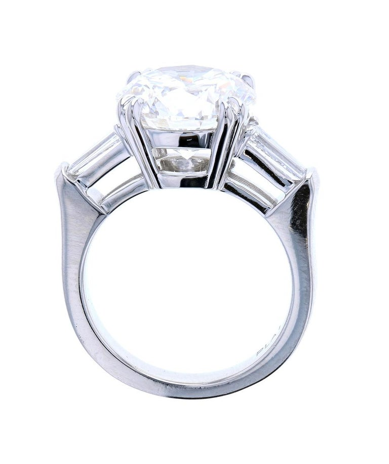 Modern 4 Carat Round Diamond 'E, VS1, GIA' Ring with Diamond Baguettes Set in Platinum For Sale