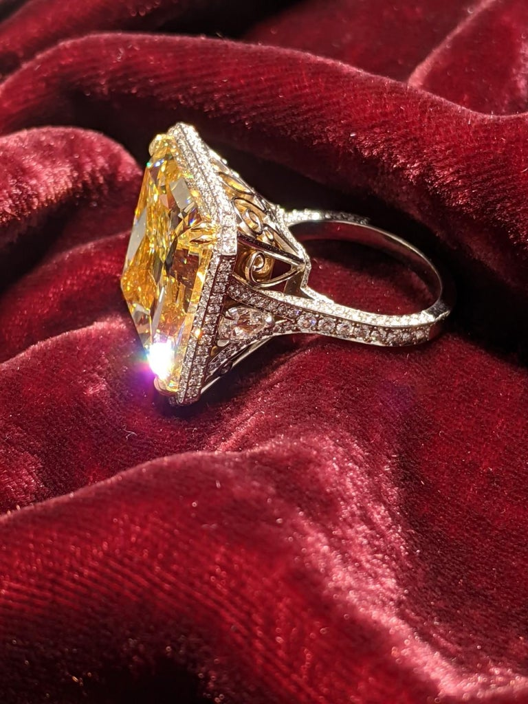 40 Carat Fancy Yellow VS2 Radiant Cut Diamond Ring GIA, Platinum (VIDEO) In New Condition For Sale In New York, NY
