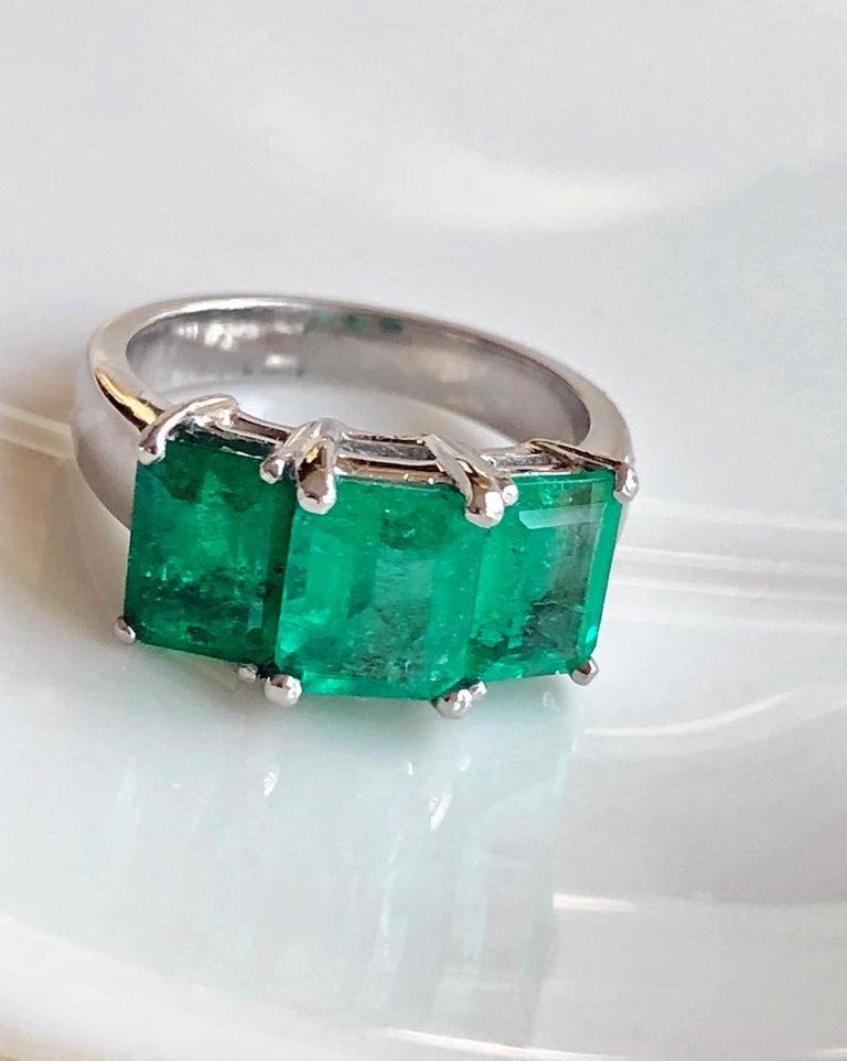 Emerald Cut Contemporary Stylish Colombian Three-Stone Emerald Platinum Ring For Sale