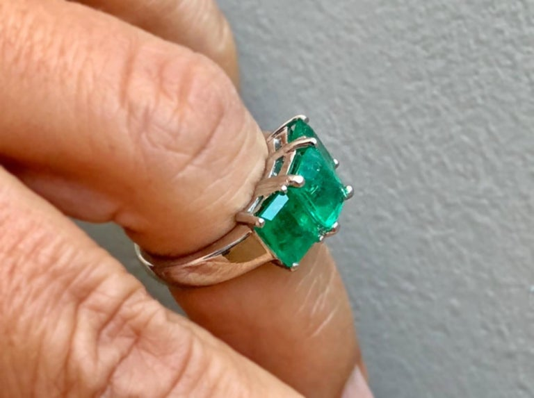 Contemporary Stylish Colombian Three-Stone Emerald Platinum Ring In Excellent Condition For Sale In Brunswick, ME