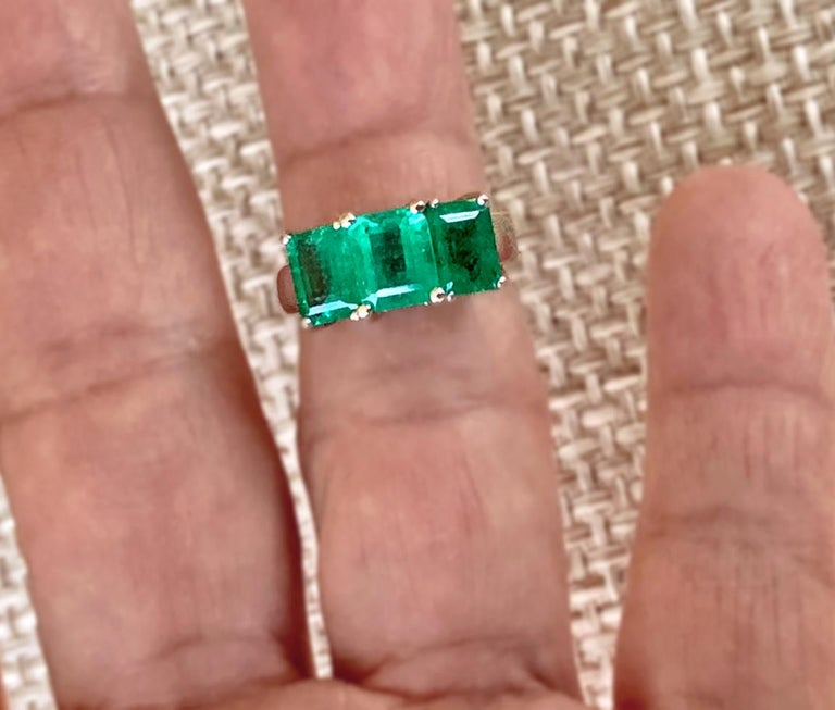 Women's or Men's Contemporary Stylish Colombian Three-Stone Emerald Platinum Ring For Sale