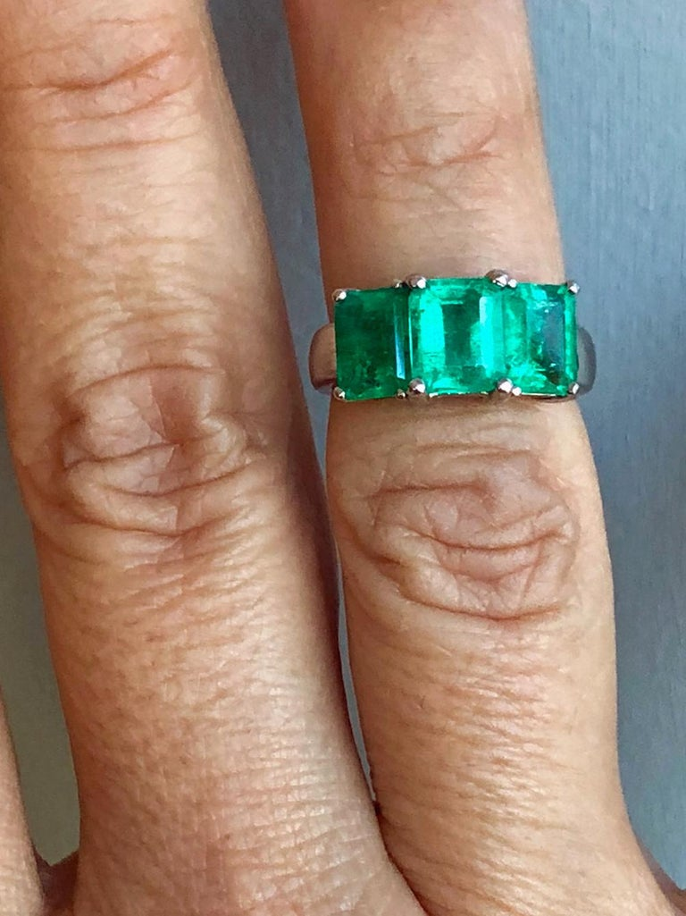 Contemporary Stylish Colombian Three-Stone Emerald Platinum Ring For Sale 1