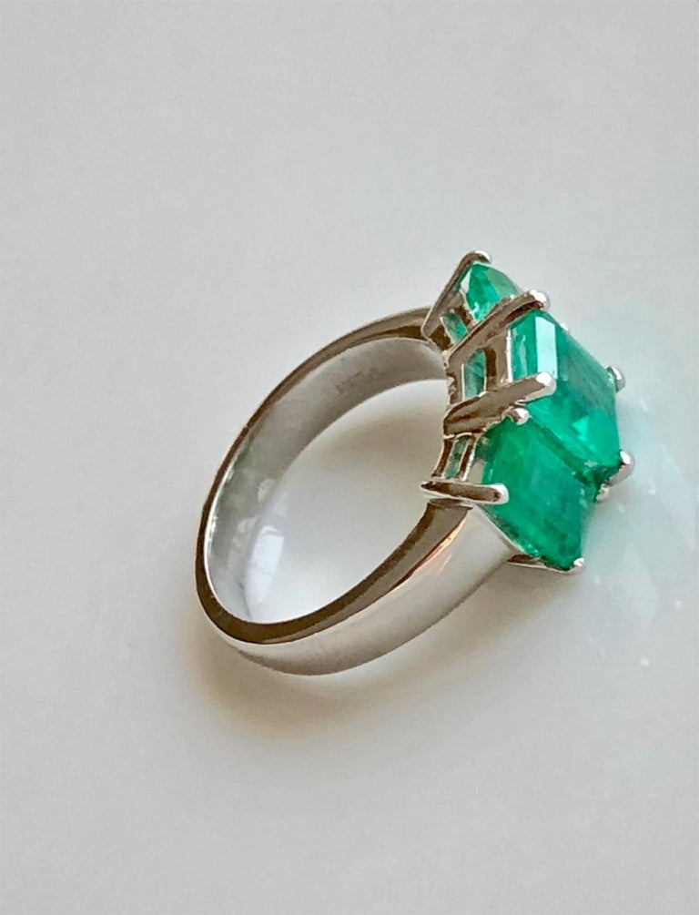 Contemporary Stylish Colombian Three-Stone Emerald Platinum Ring For Sale 2