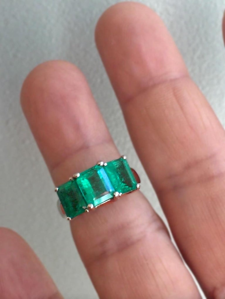 Contemporary Stylish Colombian Three-Stone Emerald Platinum Ring For Sale 3