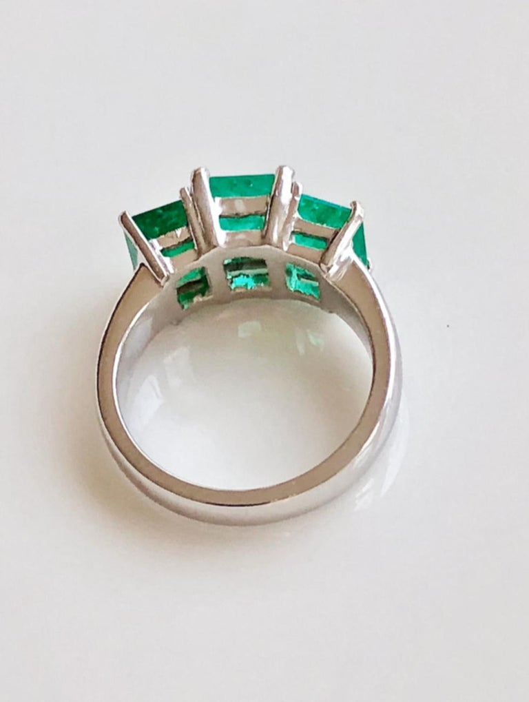 Contemporary Stylish Colombian Three-Stone Emerald Platinum Ring For Sale 4