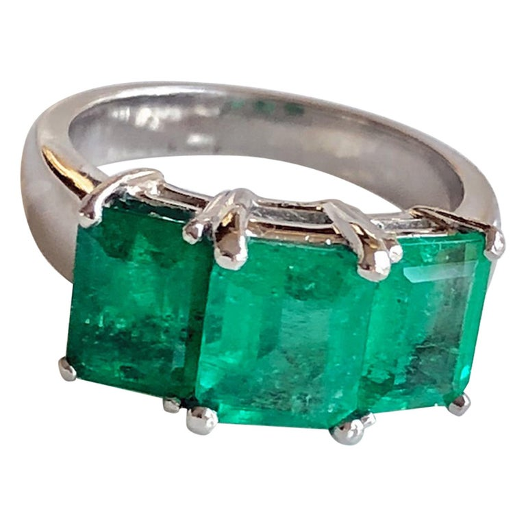 Contemporary Stylish Colombian Three-Stone Emerald Platinum Ring For Sale