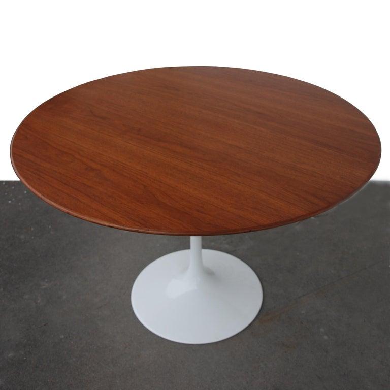 Mid-Century Modern Knoll Saarinen Walnut Dining Table For Sale
