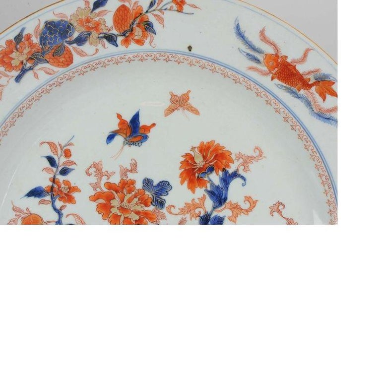 Large Antique Kangxi Fish, Butterflys Plate Imari Color Chinese, circa 1700 In Excellent Condition For Sale In Amsterdam, Noord Holland