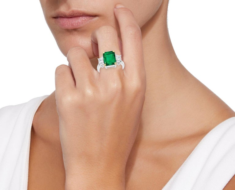 4.5 Carat Emerald Cut Colombian Emerald and 1.4 Carat Diamond 18 Karat Gold Ring In Excellent Condition In Scarsdale, NY