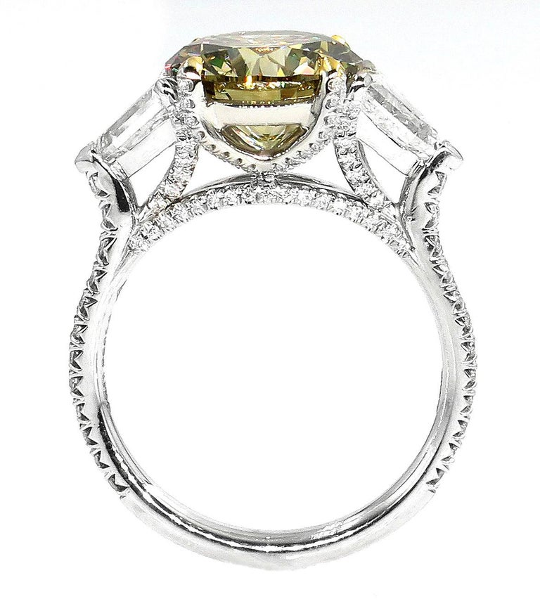 4.58ct Natural Fancy Brown Greenish Yellow Round Diamond 3-Stone Platinum Ring In Good Condition For Sale In New York, NY