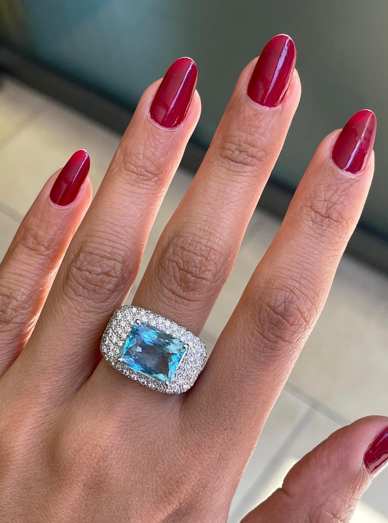 4.60ct Aquamarine and Diamond 18 Carat Gold Bombé Cluster Cocktail Ring In Excellent Condition For Sale In London, GB