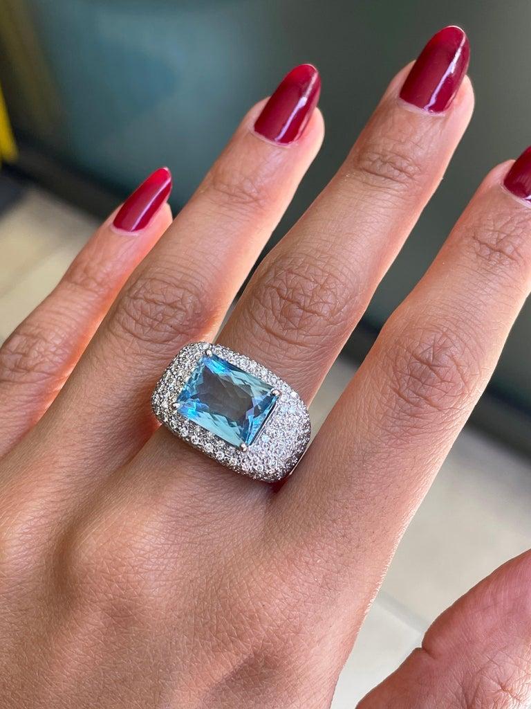 Women's or Men's 4.60ct Aquamarine and Diamond 18 Carat Gold Bombé Cluster Cocktail Ring For Sale