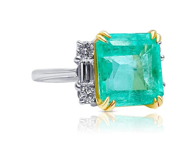 Modern 4.65 Carat Emerald-Cut Colombian Emerald and Diamond 18K Gold Ring For Sale