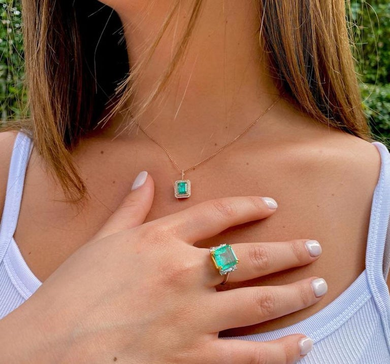 4.65 Carat Emerald-Cut Colombian Emerald and Diamond 18K Gold Ring In Good Condition For Sale In Miami, FL