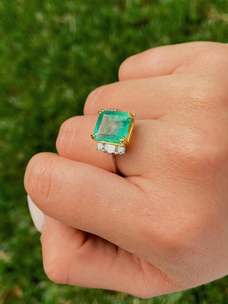 Women's or Men's 4.65 Carat Emerald-Cut Colombian Emerald and Diamond 18K Gold Ring For Sale