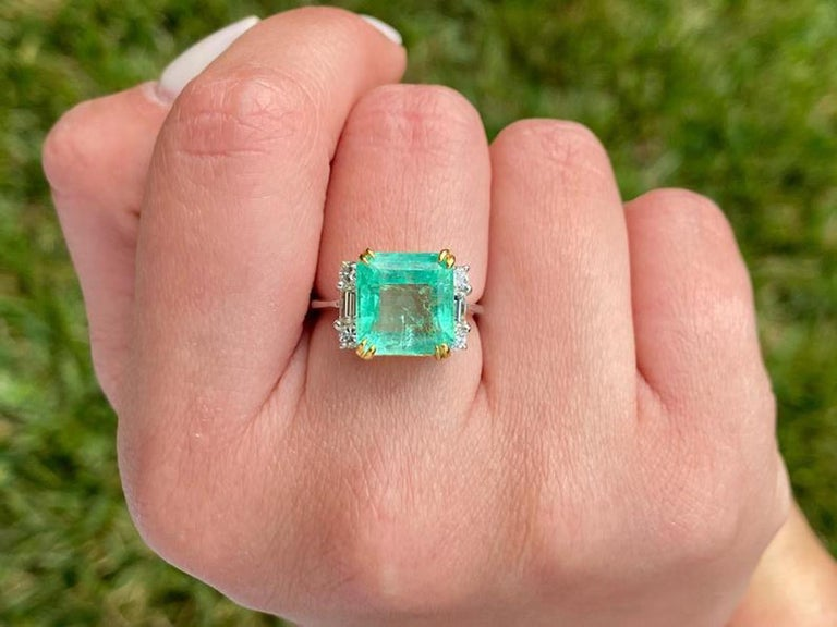 4.65 Carat Emerald-Cut Colombian Emerald and Diamond 18K Gold Ring For Sale 1