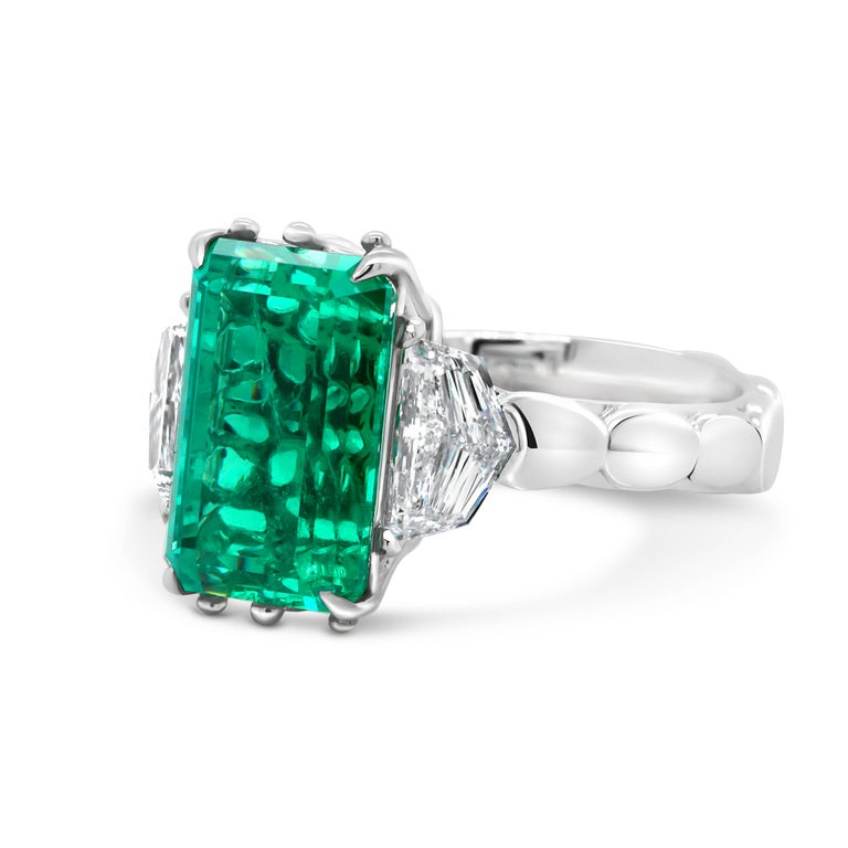 4.9 Carat No-Oil Russian Emerald 18 Karat Gold Diamond Cocktail Fashion Ring In New Condition For Sale In Bangkok, TH
