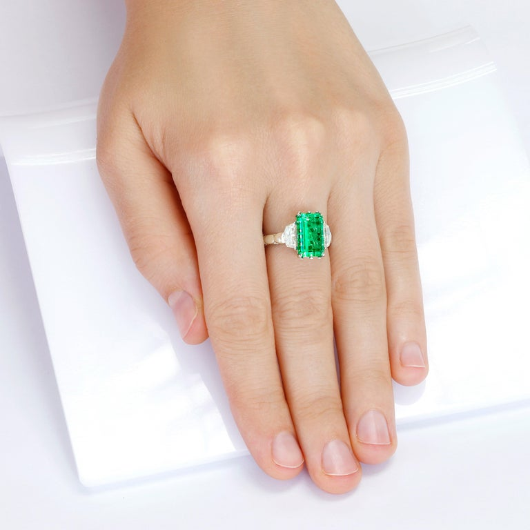 4.9 Carat No-Oil Russian Emerald 18 Karat Gold Diamond Cocktail Fashion Ring For Sale 1