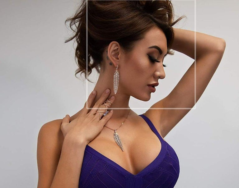 Contemporary 4.90 Carat Diamond Feather Dangle Pendent and Earring Set For Sale