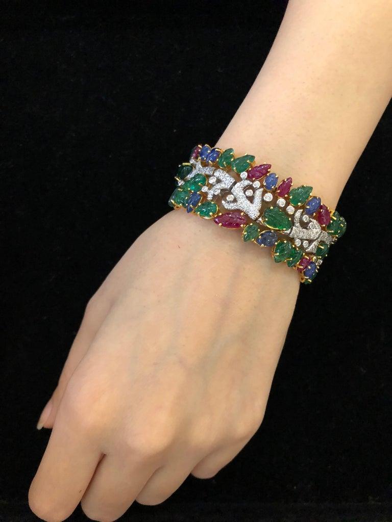 Art Deco 49.46 Carat Emerald Ruby Sapphire Diamond 18 Karat Yellow Gold Cuff Bracelet For Sale