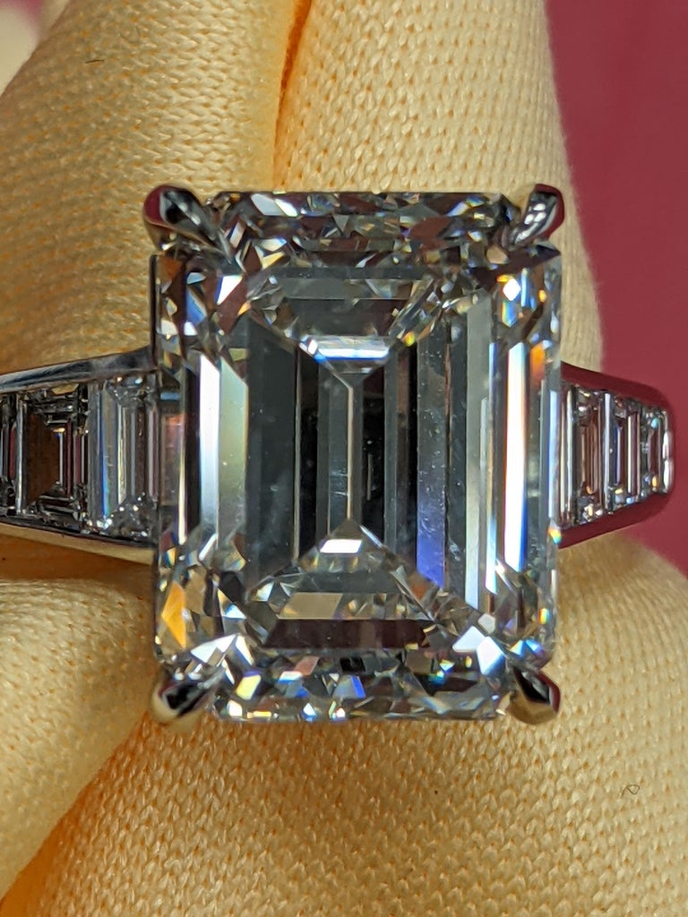 Contemporary 5 Carat H VVS2 Emerald Cut Diamond Ring in Platinum, GIA For Sale