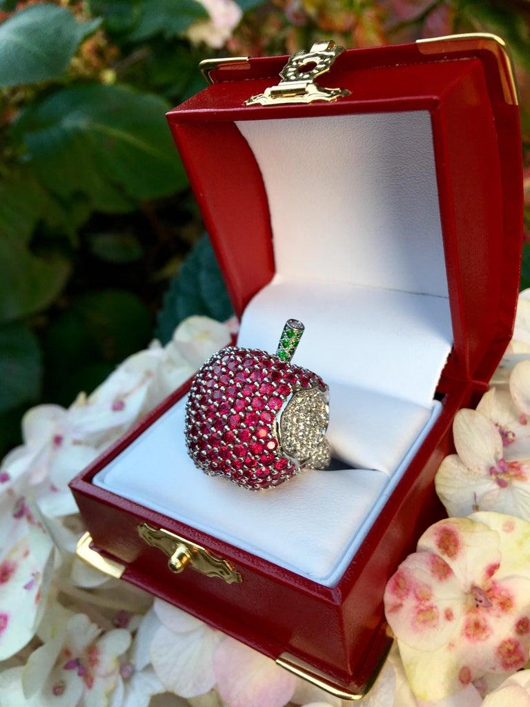 Round Cut 5 Carats Ruby Diamond 18 Karat Gold New York, New York Big Apple Cocktail Ring For Sale