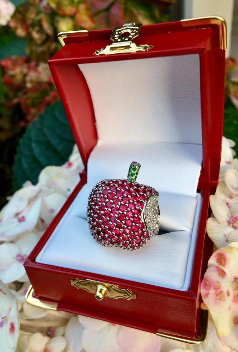 5 Carats Ruby Diamond 18 Karat Gold New York, New York Big Apple Cocktail Ring In Excellent Condition For Sale In Tustin, CA