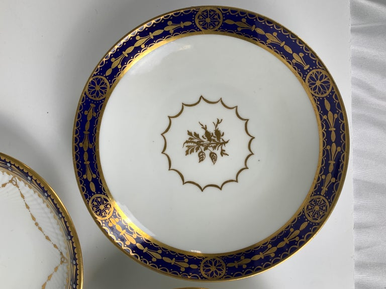 5 Porcelain Saucers with Cobalt Blue Borders Made England 19th & 20th Centuries For Sale 2