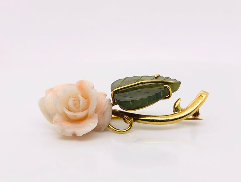 50's floral brooch Matter : Nacre/shell Stone : green agate Weight : 6.8 Size : 4.3 cm