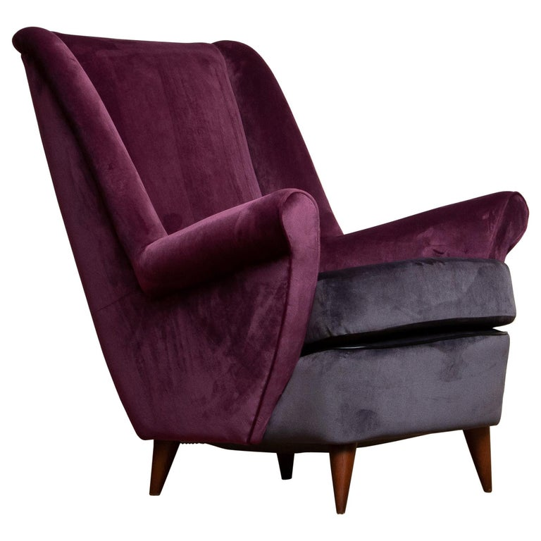 Absolutely beautiful 1950's lounge / easy chair designed by Gio Ponti and made by ISA in Bergamo in Italy. The fabulous color combination and choice of fabric, magenta and dark gray, makes this chair a real eye catcher. This chairs are completely