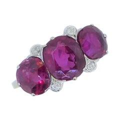 5,22 Karat Nicht Erhitzter Birmanischer Rubin 3-Stein und Diamant Platin und Gold Ring