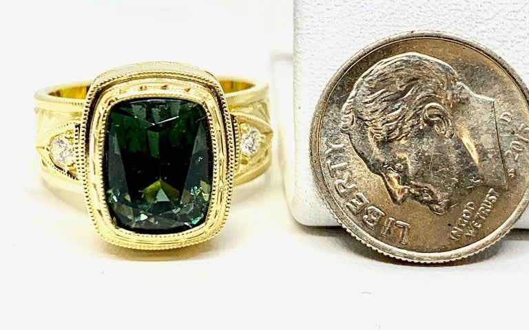 5.49 ct. Green Tourmaline, Diamond, Yellow Gold Bezel Engraved Band Ring In New Condition For Sale In Los Angeles, CA