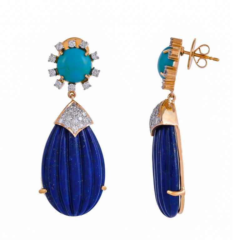 This teardrop earring by Exquisite Fine Jewellery is mounted in 18 karats yellow gold supporting two pear-shaped beautifully carved 55.88 carats lapis lazuli drops, 5.22 carats turquoise and 1.29 carats diamonds. The design is contemporary yet chic