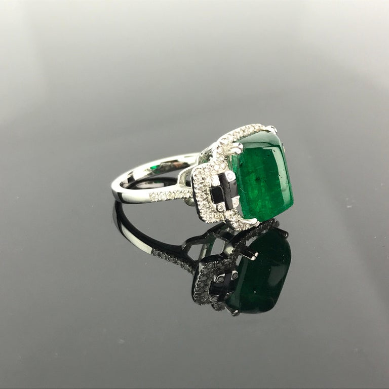 5.62 Carat Sugarloaf Shaped Emerald, Diamond and Black Onyx Cocktail Ring In New Condition In Bangkok, Thailand