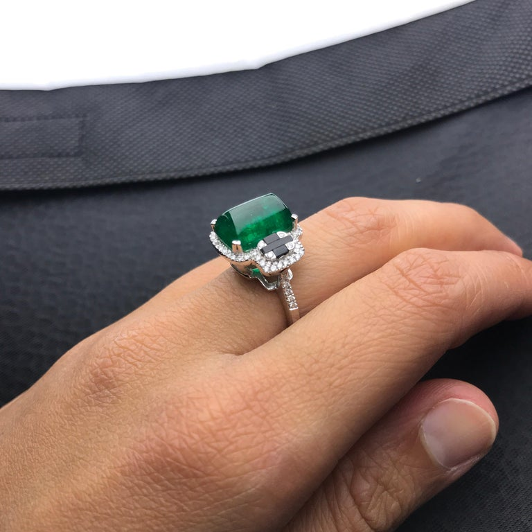 5.62 Carat Sugarloaf Shaped Emerald, Diamond and Black Onyx Cocktail Ring 2