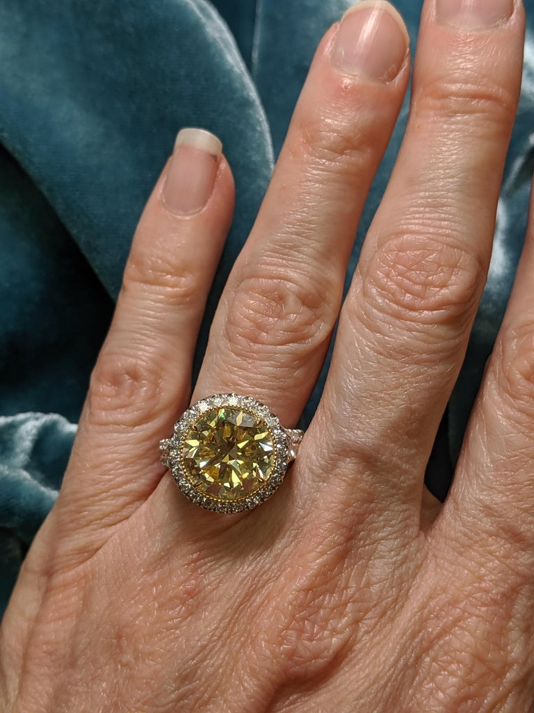 Contemporary 6 Carat Fancy Intense Yellow Round Diamond VS2 'GIA' in Platinum Ring For Sale