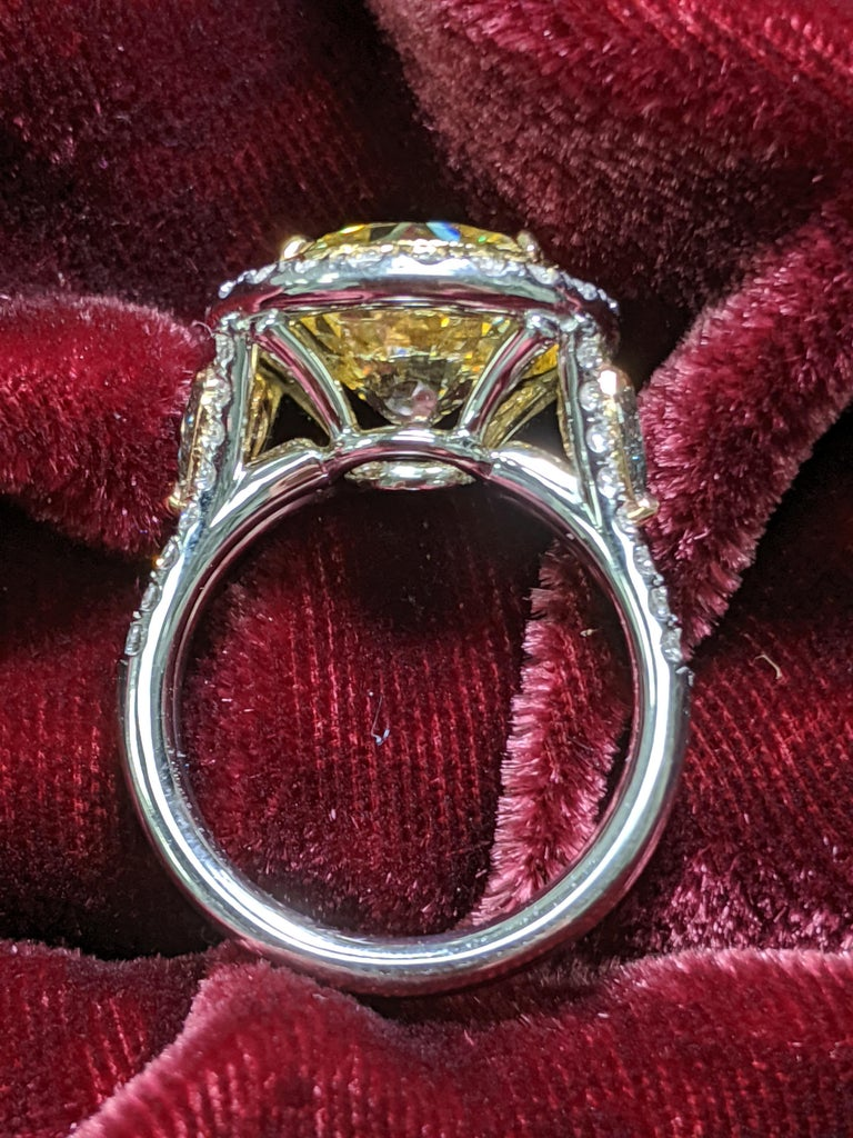 6 Carat Fancy Intense Yellow Round Diamond VS2 'GIA' in Platinum Ring In New Condition For Sale In New York, NY