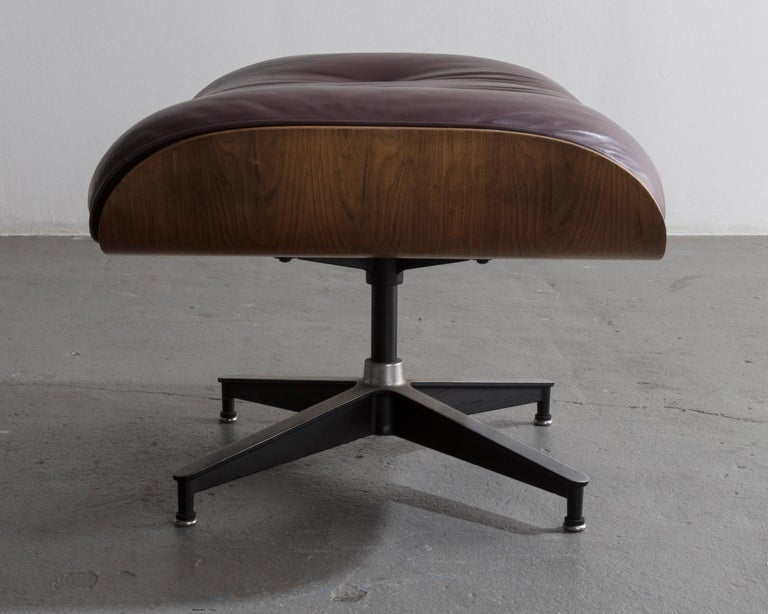 670 Lounge Chair & Ottoman in Rosewood & Leather by Charles and Ray Eames, 1958 For Sale 5