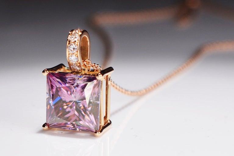 6.89 Carat Fancy Pink Radiant Cut Moissanite Diamond 18 Karat Rose Gold Necklace In New Condition For Sale In Antwerp, Antwerp