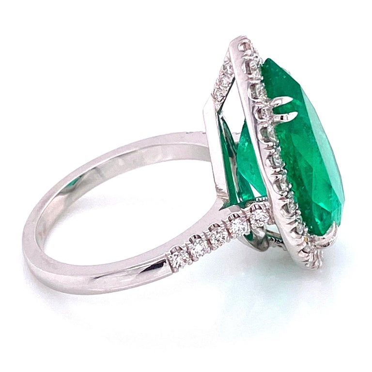 6.96 Carat Emerald and Diamond Gold Cocktail Ring Fine Estate Jewelry In Excellent Condition For Sale In Montreal, QC