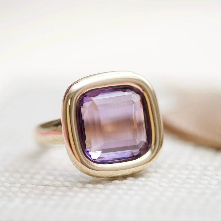 Modern 7 Carat Natural Brazilian Purple Amethyst 14 Karat Yellow Gold Ring For Sale