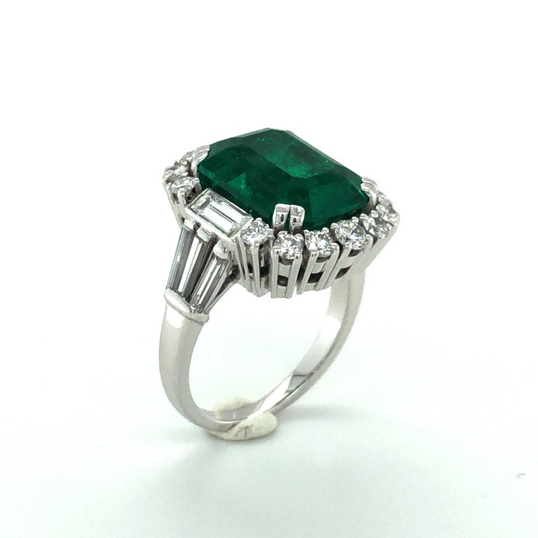 Women's or Men's 7.03 Carat Colombian Emerald and Diamond Ring in 18 Karat White Gold For Sale