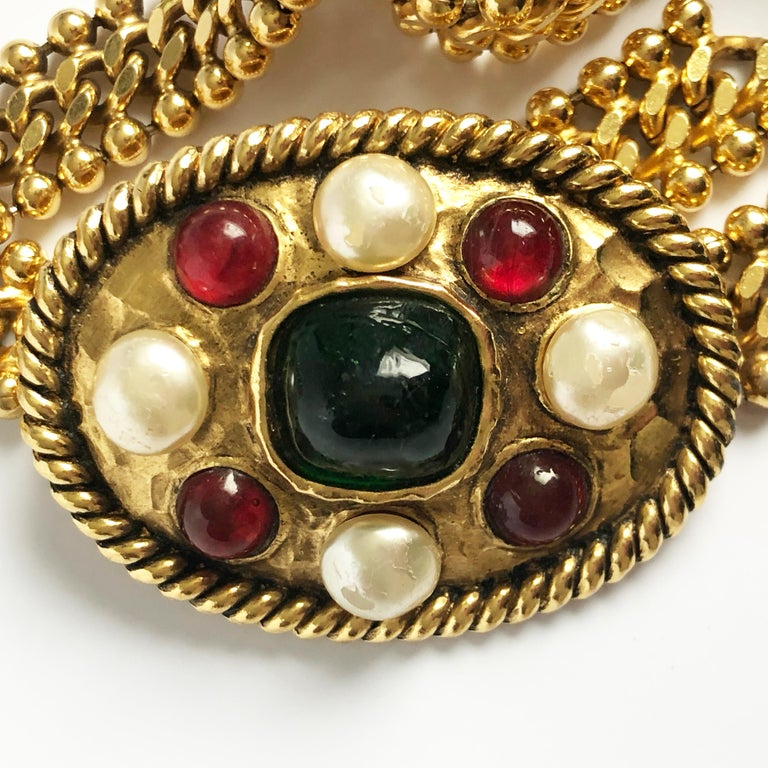 70s Chanel Byzantine Chain Belt with Faux Pearl Red Green Poured Glass Buckle M In Good Condition For Sale In Port Saint Lucie, FL