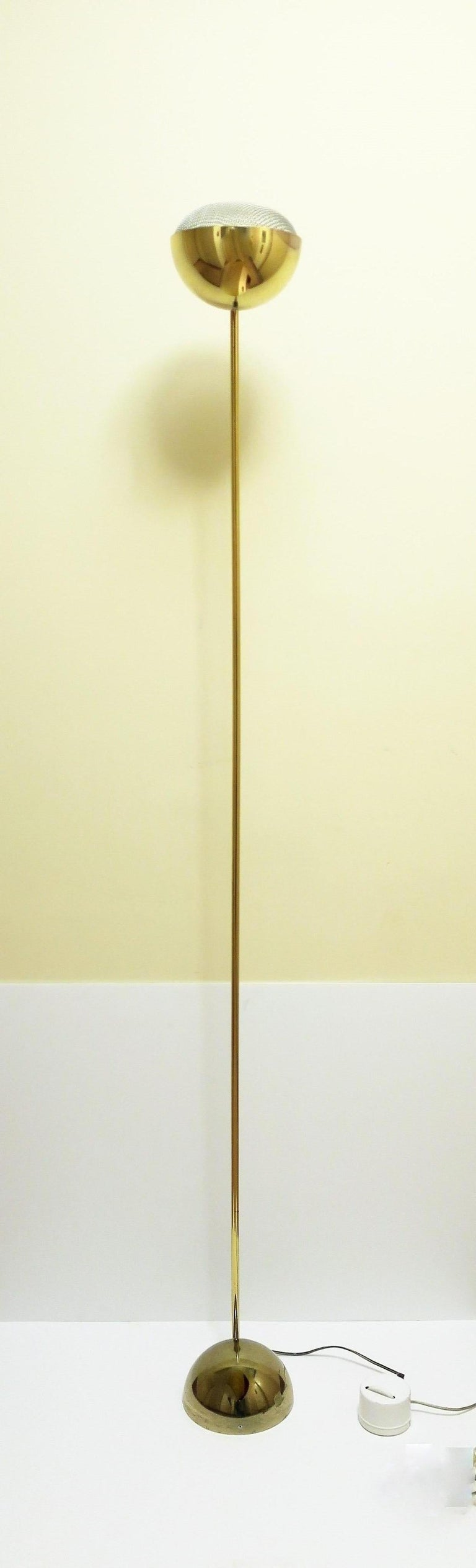 A substantial and well made 1970s Modern Postmodern period brass floor lamp, circa late-1970s, USA. On/Off switch at bottom with dimmer offering a wide range of light from low to bright.   Measures: 70
