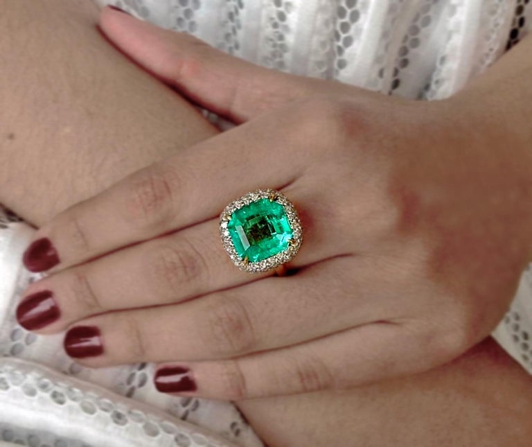 Contemporary 7.73 Carat Certified Fine Natural Colombian Emerald and Diamond 18K Ring For Sale