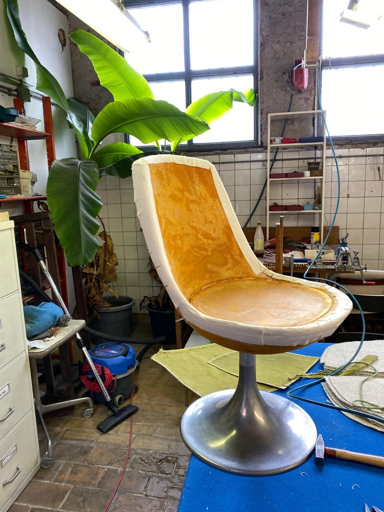 8 Space Age Swivel Dining Chairs, Cast Aluminum Tulips Base and New Upholstery For Sale 12