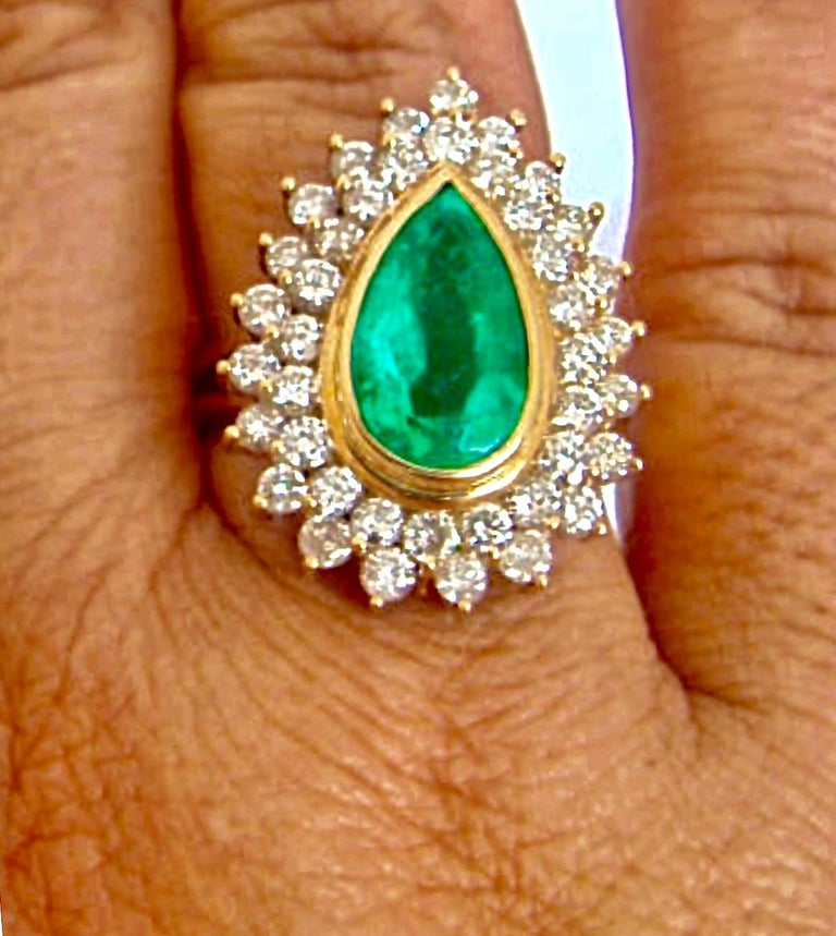 This is a fine natural Colombian emerald pear cut weighting 6.00 carats, vivid medium green color, excellent clarity and transparency. Second stone, natural round brilliant cut diamonds weighting approx. 2.00 carats, clarity SI1-SI2 / color G Total